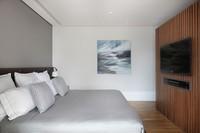 Quarto de casal cinza cama roupa de cama quadro televisao madeira