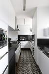 Cozinha armarios branco madeira azulejo